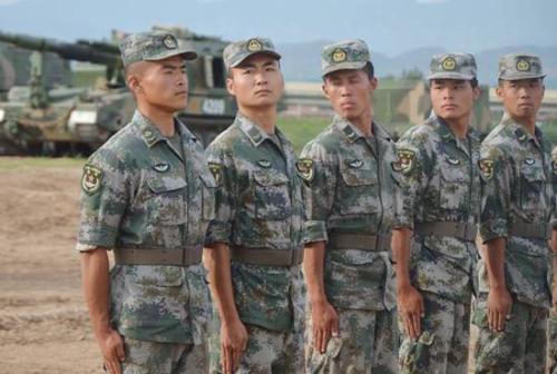 余闯(左一)和战友们进行队列训练。姚舜午 摄