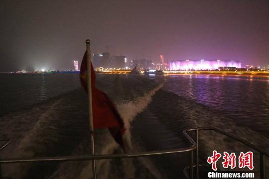 K01艇在钱塘江上划出一道白色浪花。 张斌 摄