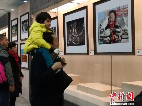 图为展出的贴近生活的作品。 刘薛梅 摄