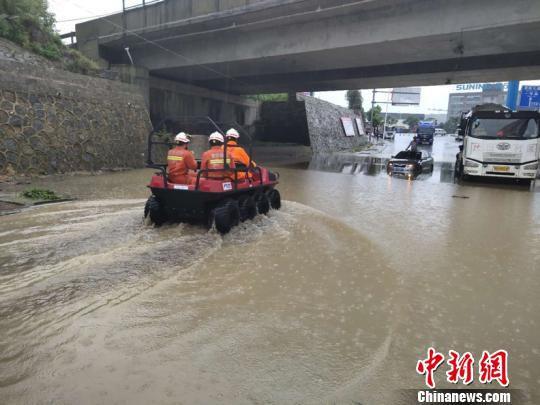 图为受暴雨影响,民众被困,消防进行救援。贵阳市消防救援支队供图