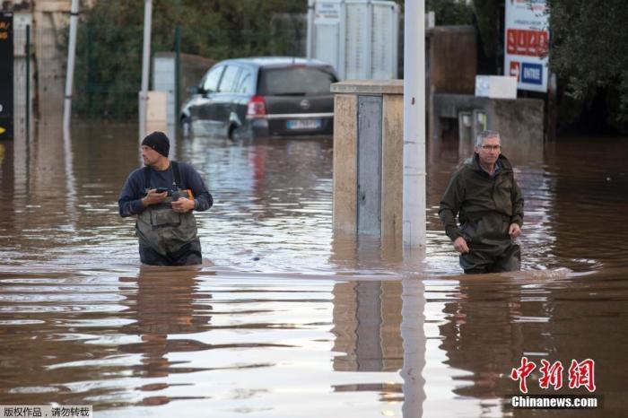 当地时间12月1日,法国东南部遭暴雨侵袭,引发洪水,导致至少2人死亡。
