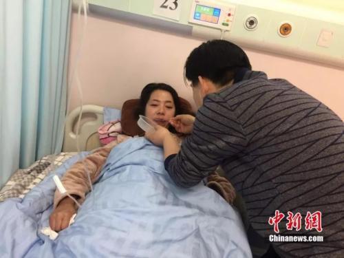 母亲生病期间父亲悉心照料不曾离开床头 李亚龙 摄