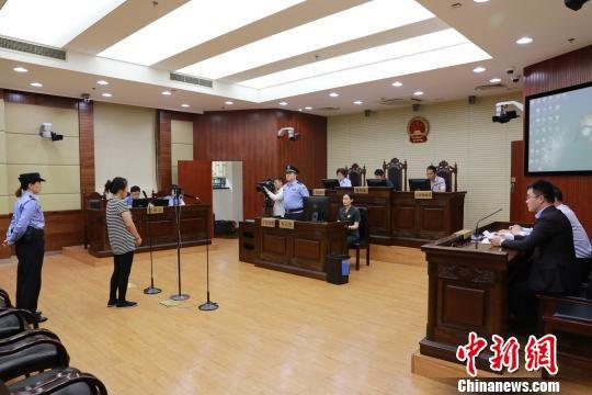 女子抢夺公交车方向盘获刑3年半 被取消落户上海资格