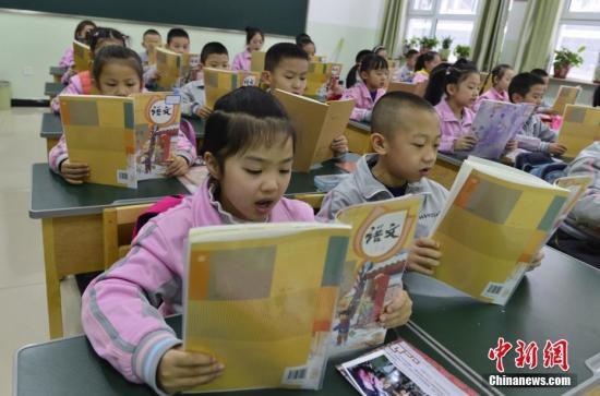 2月27日,新疆乌鲁木齐市第133小学,一年级的学生朗诵语文课文。当天,该市52万名中小学生结束假期生活,走进课堂开始新学期第一天的课程。<a target='_blank' href='http://www.chinanews.com/'>中新社</a>记者 刘新 摄