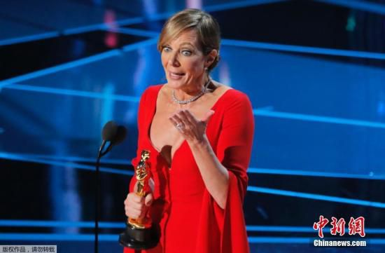 北京时间3月5日,第90届奥斯卡各奖项逐一揭晓,小金人各归其主。艾莉森・珍妮第一次提名就获得最佳女配角的艾莉森・珍妮上台领奖,并感谢《我,花样女王》剧组。