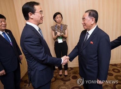 7月5日上午,在平壤高丽酒店,韩国统一部长官赵明均(左二)同朝鲜劳动党副委员长金英哲在举行会谈前握手致意。(图片来源:韩联社)