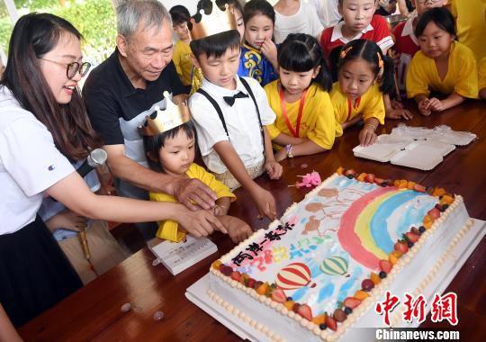 福清市石门小学举行小型生日会,为两名两岸小朋友庆祝生日。 记者刘可耕 摄