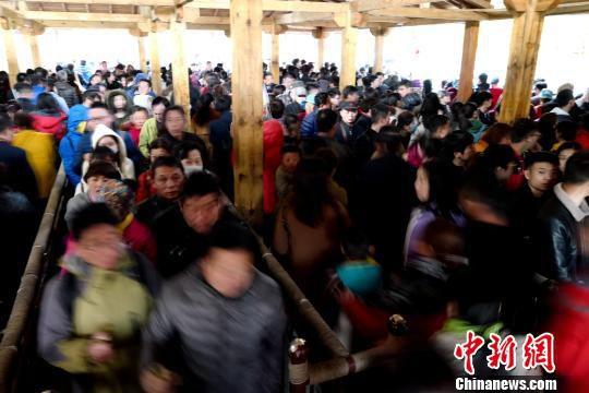 游客挤爆老君山 王中举 摄