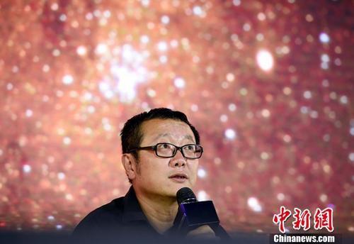 """9月18日,世界公众科学素质促进大会的""""科幻在促进公众科学素质中的先锋价值""""专题讨论在北京中国科技馆举行,中国著名科幻作家、2015年雨果奖得主刘慈欣登台参加讨论,与现场观众一起聊科幻。中新社记者 侯宇 摄"""