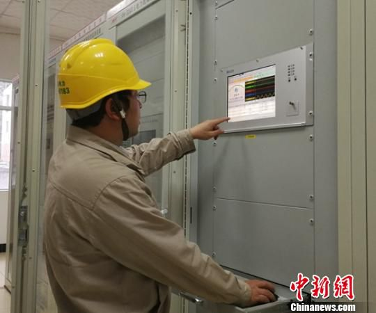 地震后石棉电力员工站在排查设备运行情况。 罗涛龙 摄