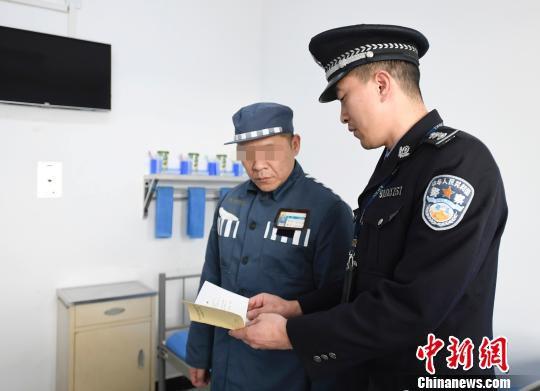 民警对服刑人员郭某进行入监教育。 安源 摄
