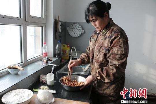 刘桂芝准备炸花生米。 郝胜忠 摄
