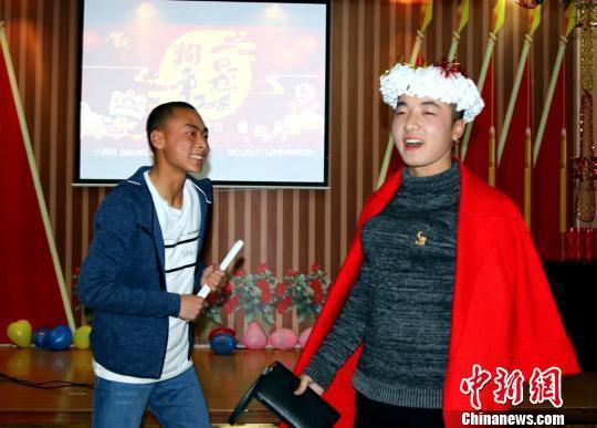 2月14日,边防官兵正在演《谁是男一号》小品。 王友波 摄