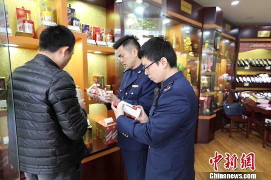 上海市场监管部门检查茅台酒市场。供图