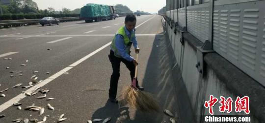 执勤人员清理路面 金华高速交警提供 摄