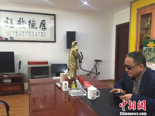 图为一等伤残退伍军人李爱民在他的办公室。 宋秀杰 摄