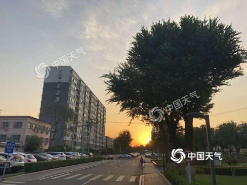 今晨,北京天气多云,朝霞渐露。(图/江漪)