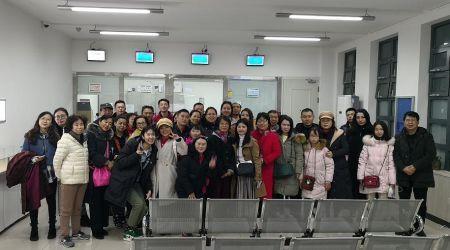 办完证后,33名游客与使馆领导一起合影留念。(图片来源:欧洲《华人街》)