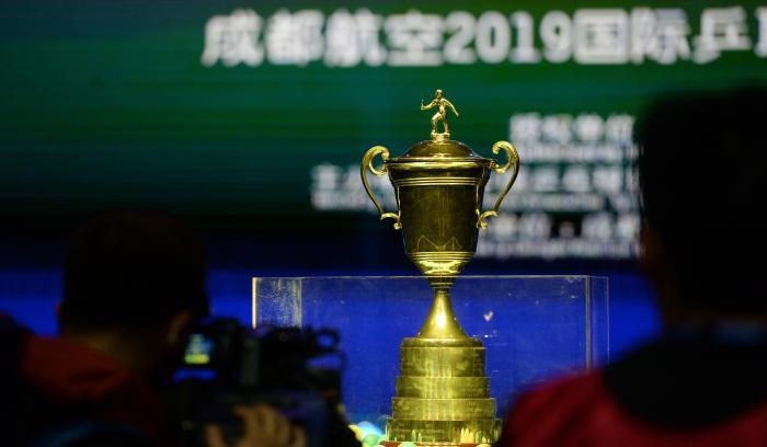 两年前,奥恰洛夫曾捧起过男乒世界杯冠军奖杯。 图片来源:2019年男乒世界杯组委会