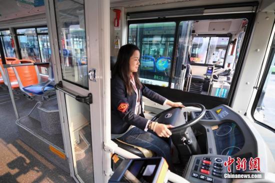 11月5日,湖南长沙123路的公交女司机蒋晓玲在透明的驾驶隔离区驾驶汽车。近日,长沙部分新型公交车增设了驾驶室隔离装置,保障司机开车免受干扰。<a target='_blank' href='http://www.chinanews.com/'>中新社</a>记者 杨华峰 摄
