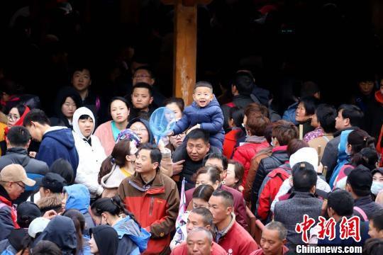 前来观雪、赏花、争睹山岳经典峰林仙境的游客人山人海 王中举 摄