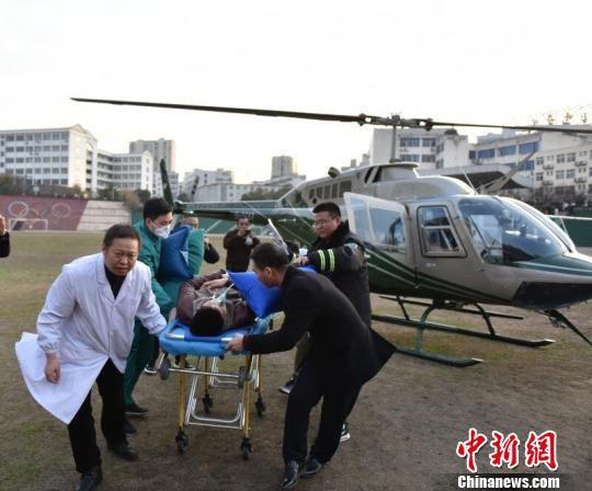 直升机抵达十堰市太和医院 傅圣岚 摄