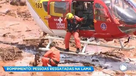 营救被淤泥困住的人们