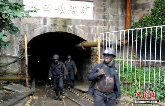 7月7日,下井搜救的救援人员走出矿井。四川广安华蓥市锦春煤业公司发生的生产安全事故已致2人死亡,3人被困井下。目前,救援人员正全力搜救被困矿工,事故发生原因安监等相关部门正在调查中。王林 摄