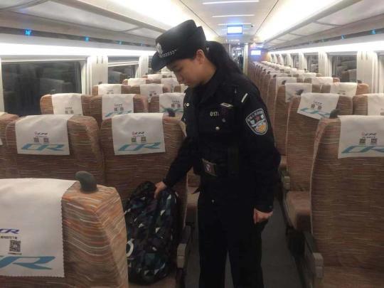 乘警巡视车厢。 钟欣 摄