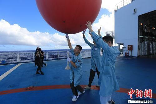 远望7号测控工程师们在后甲板释放信标球,通过跟踪信标球发送的信号,能够对设备状态参数进行标定。韩帅 摄