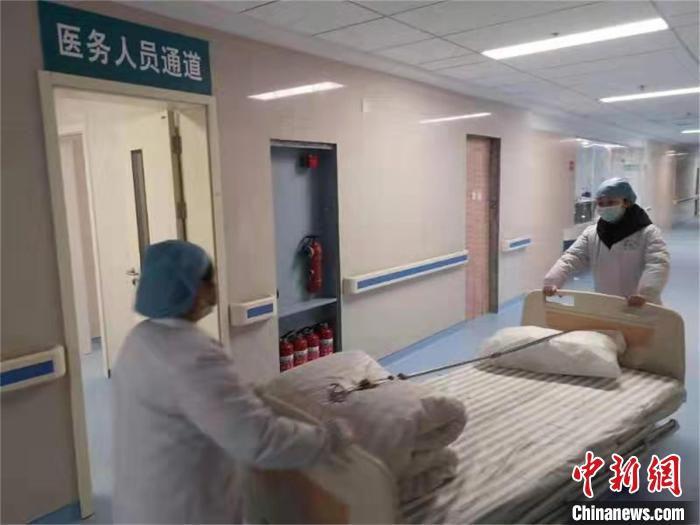 大别山区域医疗中心内忙碌的医护人员 瞿慧一 摄