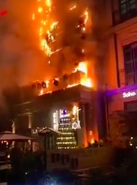 """泰禾胡桃里酒吧 福州东二环""""胡桃里""""餐厅着火 火已扑灭,目测是招牌着火"""
