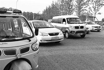 记者探访看到,东夏园地铁站外有大量外埠车。图片来源:北京青年报