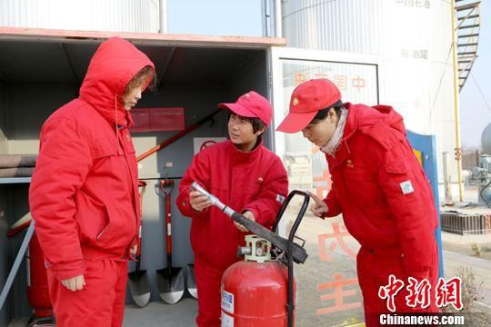长庆油田采油二厂一线岗位员工节日期间加大安全检查。 钟欣 摄