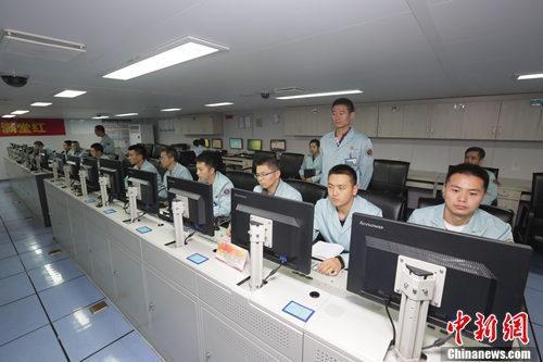 远望7号船的测控工程师们正在测控机房进行联合调试。韩帅 摄