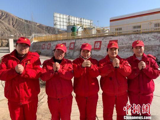 长庆油田采油二厂木一综合站员工集体拜年。 钟欣 摄