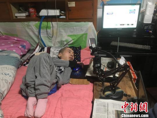 伏培建躺在床上通过网络和外界接触。 刘林 摄