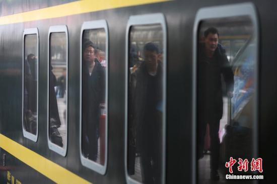 资料图:大批旅客在南京火车站乘坐火车出行。 <a target='_blank' href='http://www.chinanews.com/'>中新社</a>记者 泱波 摄
