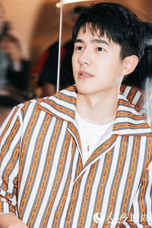 刘昊然身着链条印花套装亮相活动 尽显青春本色