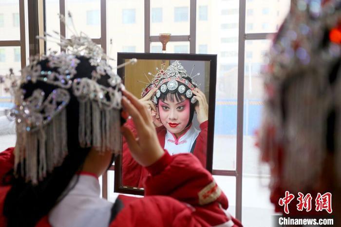 图为甘肃省文理学院戏曲表演专业学生登台演出前化妆。 高康迪 摄
