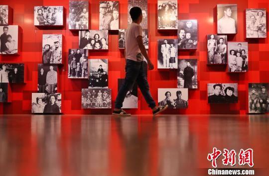 《中国共产党人的家风》档案展在上海市档案馆开展。 张亨伟 摄