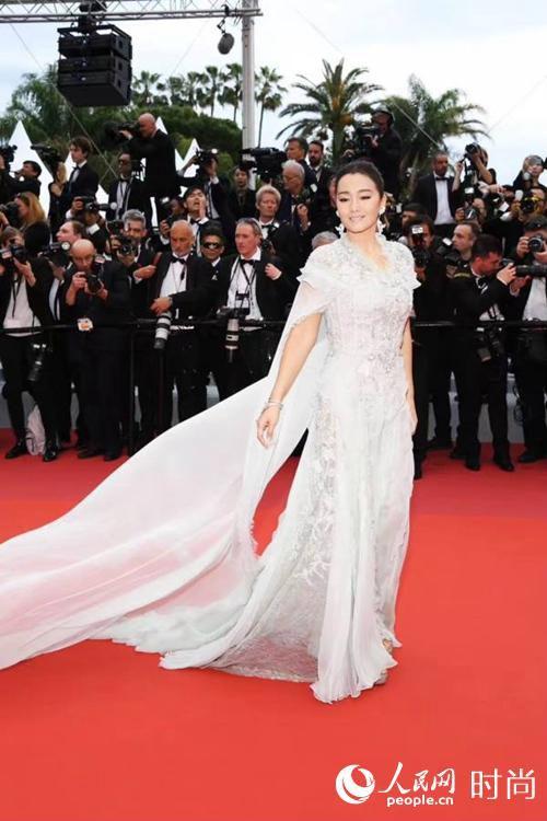 巩俐身着白色披风纱裙亮相72届戛纳电影节开幕式