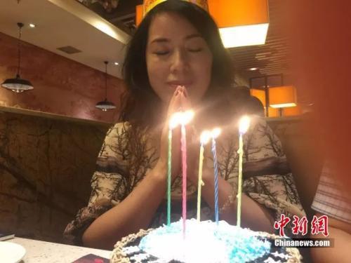 母亲50岁生日许愿家人身体健康 李亚龙 摄