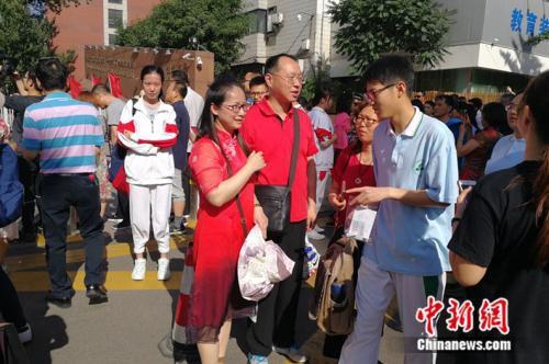 人大附中考场外送考的家长。 中新网记者 张尼 摄