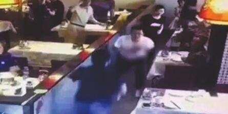 ?案发现场的监控视频显示:周凯旋(蓝衣人)持刀刺向谢雕(白衣者)。