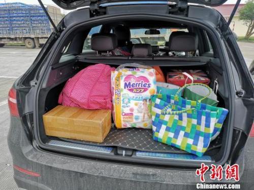图为自驾去海南与家人过年的郭女士带的行李——给家人购置的新衣服,给孩子的奶粉和尿不湿。 韩璐 摄