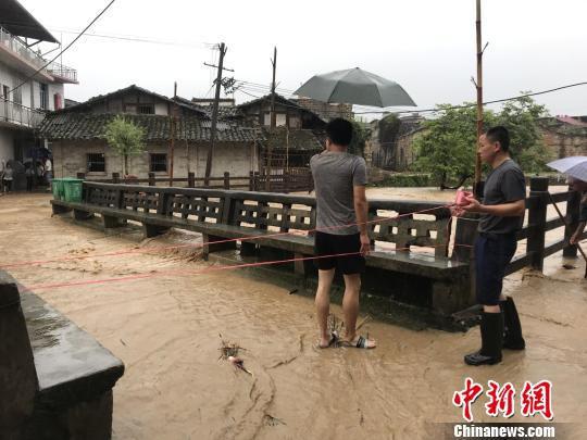 图为7月7日,江西省抚州市黎川县樟溪乡,洪水涨过桥头。 钟欣 摄