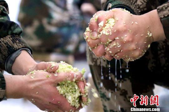 2月13日,新兵们正在做饺子馅。 王友波 摄