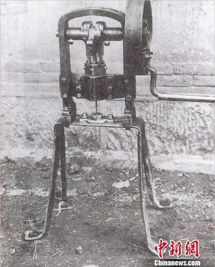 该兵工厂此前自制的手动火帽冲压机。八路军太行纪念馆提供