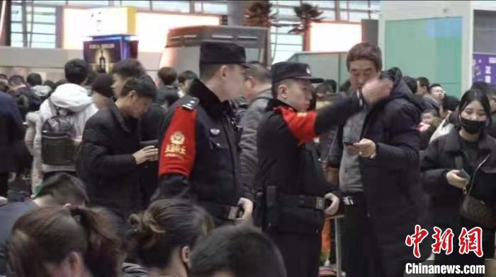22日,春运第13天,北京各大火车站出现客流高峰,为确保广大旅客安全出行,平安返乡,北京铁路警方增派警力加大治安秩序维护和客流疏导。 庞贺雷 摄